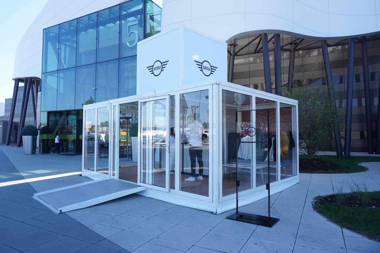 MINI / Österreich - Modell: Smart Box / Ausstattung: Vollverglasung und Boden in Holzoptik / Kunde: Neonred