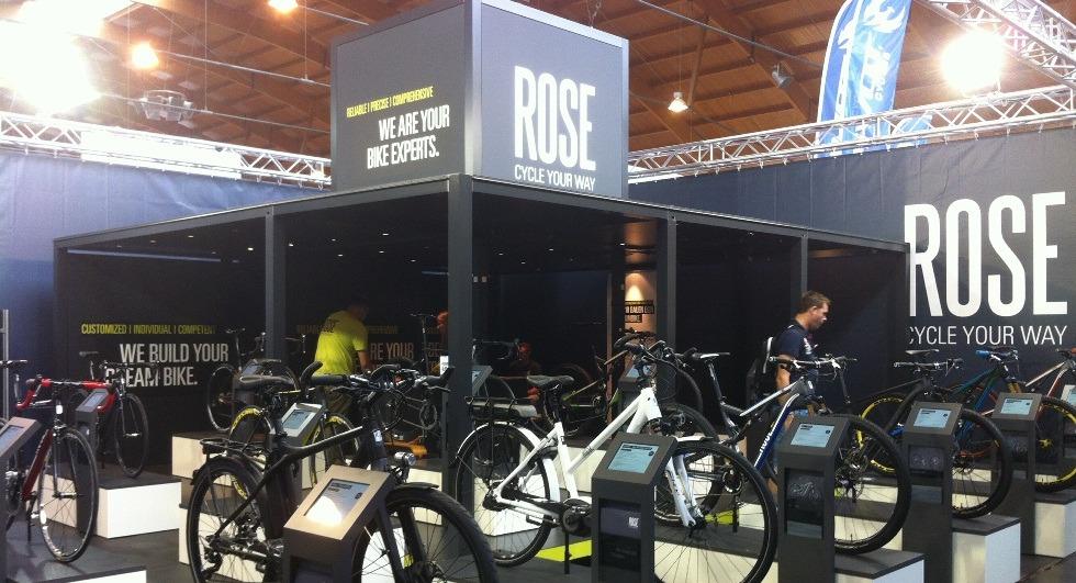 ROSE Bikes on Tour - Modell: Big Square / Ausstattung: Anlegeböden zur Erweiterung der Präsentationsfläche, Boden mit Gummiauflage, beleuchtete Produkt-Podeste mit unsichtbarer Verstromuung , optional Plexiglas-Elemente / Kunde: ROSE Versand GmbH